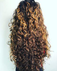 Des cheveux ondulés